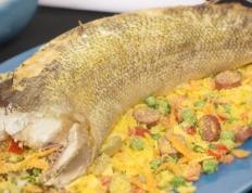 Peixe assado recheado com farofa colorida